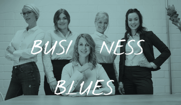 Fünf Frauen In Businesskleidung. Text: Business Blues