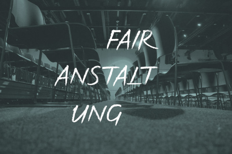 Veranstaltungssaal Mit Vielen Stuhlreihen. Text: Fair Anstaltung