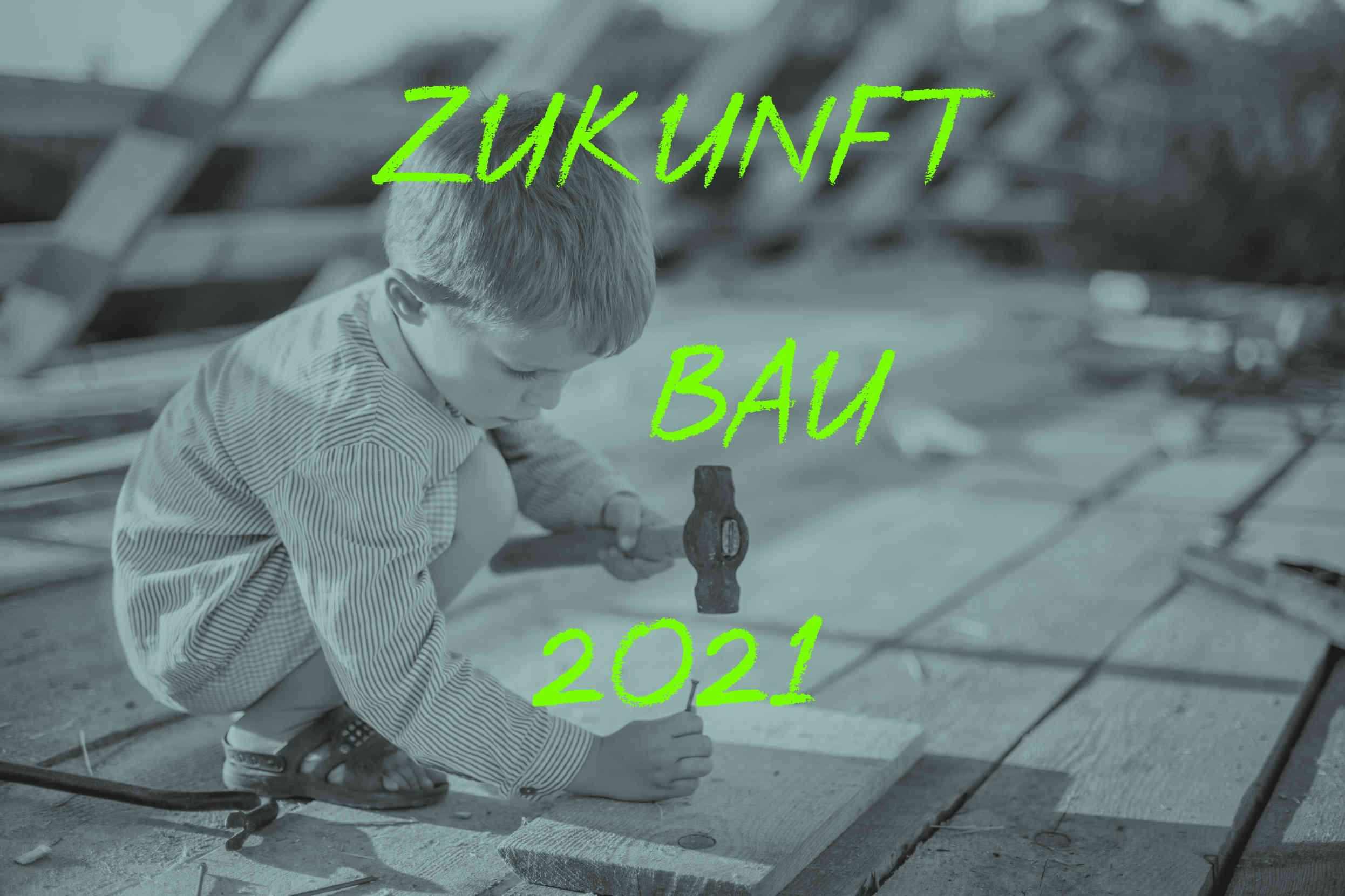 Kind Hämmert Nagel In Balken; Text: Zukunft Bau 2021; Tina Teucher Moderatorin